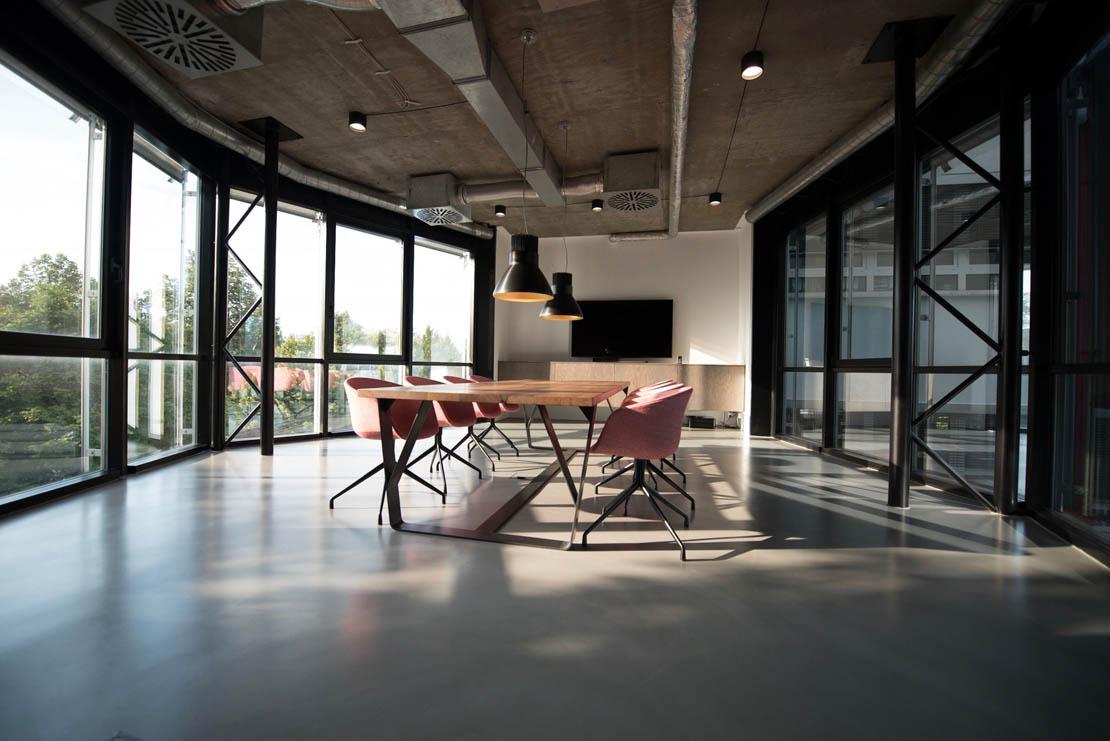 Elegantes und minimalistischer Besprechungsraum